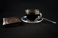 Una taza de café y de una carpeta en un fondo oscuro foto de archivo