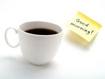 Una taza de café y de una nota amarilla Imagen de archivo libre de regalías