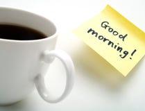 Una taza de café y de una nota amarilla Imagen de archivo