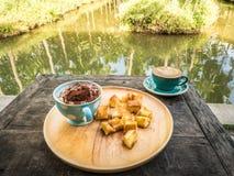 Una taza de café y de desayuno en la tabla de madera Imagenes de archivo