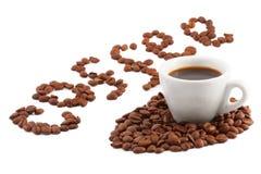 Una taza de café y la palabra de los granos Imagen de archivo libre de regalías