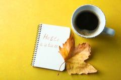 Una taza de café y de un cuaderno Fotos de archivo