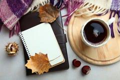 Una taza de café y de un cuaderno Foto de archivo