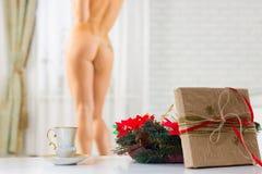 Una taza de café y un regalo de Navidad en el fondo de una n imagen de archivo libre de regalías