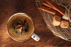 Una taza de café condimentado con los anis protagoniza Foto de archivo libre de regalías