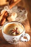 Una taza de café condimentado con los anis protagoniza y los palillos y sug del cinamon Imagen de archivo