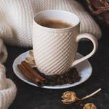 Una taza de caf? es la llave a un buen humor En un negro, un fondo de textura oscuro, una composici?n de la bufanda blanca, poner fotos de archivo