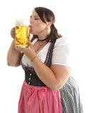 Una taza de cerveza de Oktoberfest de la muchacha que se besa bávara Foto de archivo
