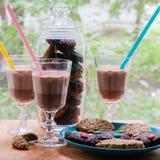Una taza de chocolate caliente con las galletas Foto de archivo libre de regalías