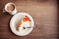 Una taza de chocolate con la torta en la placa blanca fotografía de archivo libre de regalías