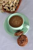 Una taza de Cofee con las galletas Fotografía de archivo