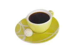 Una taza de coffe con un dulce en el fondo blanco Imagenes de archivo