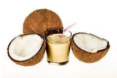 Una taza de cristal con leche de la fruta del coco Foto de archivo