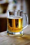 Una taza de cristal enorme de cerveza fresca. Fotos de archivo