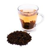 Una taza de cristal llena de té verde Una taza de té aislada en un fondo blanco Una taza hermosa con las hojas de té verdes natur Fotos de archivo libres de regalías