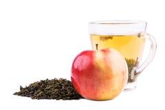 Una taza de cristal llena de té verde Una taza de té aislada en un fondo blanco Una taza hermosa con las hojas de té verdes natur Imagen de archivo libre de regalías