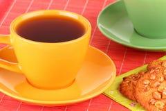 Una taza de galletas del té y de harina de avena Imagen de archivo libre de regalías