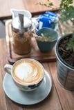 Una taza de la flor de café caliente Foto de archivo libre de regalías