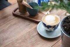 Una taza de la flor de café caliente imagenes de archivo