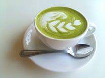 Una taza de latte caliente del matcha tan delicioso en blanco Fotos de archivo libres de regalías