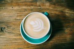 Una taza de latte del café fotografía de archivo