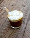 Una taza de latte del café fotografía de archivo libre de regalías