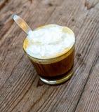 Una taza de latte del café imágenes de archivo libres de regalías
