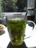 Una taza de té con una cuchara foto de archivo