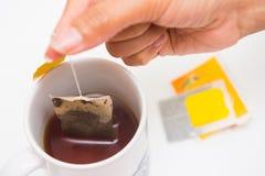 Una taza de té con el bolso de té fotos de archivo