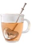 Una taza de té con el infuser del té Fotos de archivo libres de regalías