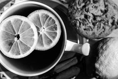 Una taza de té con el limón junta las piezas - de blanco y negro Fotos de archivo libres de regalías
