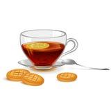 Una taza de té con el limón y las galletas Foto de archivo libre de regalías