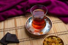 Una taza de té con la pasa, una taza de té con el chocolate libre illustration