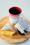 Una taza de té con la torta Imágenes de archivo libres de regalías