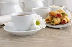 Una taza de té con los croissants hechos en casa Fotografía de archivo