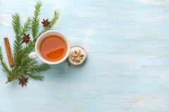 Una taza de té con los panes de jengibre fragantes de la Navidad de la miel Fotografía de archivo libre de regalías