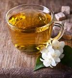 Una taza de té del jazmín Foto de archivo