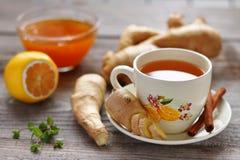 Una taza de té del jengibre, de raíces del jengibre, de limón y de miel fotografía de archivo libre de regalías