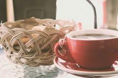 Una taza de té en la tabla imagenes de archivo
