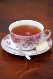 Una taza de té en un vector de madera Foto de archivo libre de regalías