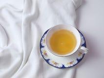 Una taza de té en una taza blanca de China Imágenes de archivo libres de regalías