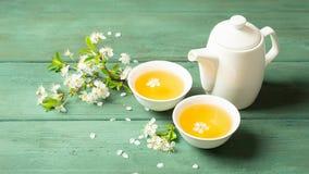 Una taza de té floral fragante con los pétalos en un fondo de madera Foco selectivo Copie el espacio imágenes de archivo libres de regalías