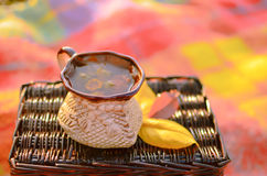 Una taza de té herbario fotos de archivo
