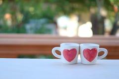 Una taza de té de los pares de amor, una taza con la muestra del corazón para el día del ` s de la tarjeta del día de San Valentí imagen de archivo