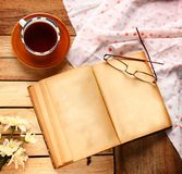 Una taza de té negro con el libro del vintage Fotografía de archivo