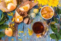 Una taza de té negro y de atasco de las peras en un cuenco Imagen de archivo libre de regalías