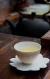 Una taza de té taiwanés en la tabla de madera imagen de archivo