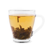 Una taza de té verde Una taza de cristal en un fondo blanco Una taza hermosa con el líquido caliente y el té verde natural Fotografía de archivo