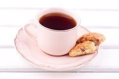Una taza de té y de biscotti Foto de archivo libre de regalías