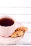 Una taza de té y de biscotti Fotos de archivo libres de regalías